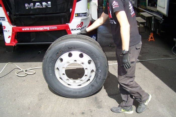 A Kamion Európa-bajnokságon nincs trükközés a gumikkal, a csapatoknak a szombati első időmérőre meg kell venniük hat darab teherabroncsot. Ha adott esetben a gumik sérülnek, akkor vasárnap egy szintén frissen vásárolt szettel kell rajthoz állni.