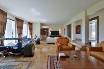 Svájci ingatlan eladó, F1-es autóval a nappaliban