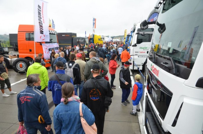 Annak ellenére is, hogy a szombati nap esővel indult, özönlöttek az emberek a Hungaroringre, ahol bárki besétálhatott a paddockba, és megnézhette, fotózhatta a kamionokat. Akinek szerencséje volt, még a versenyzőkkel is összefuthatott.