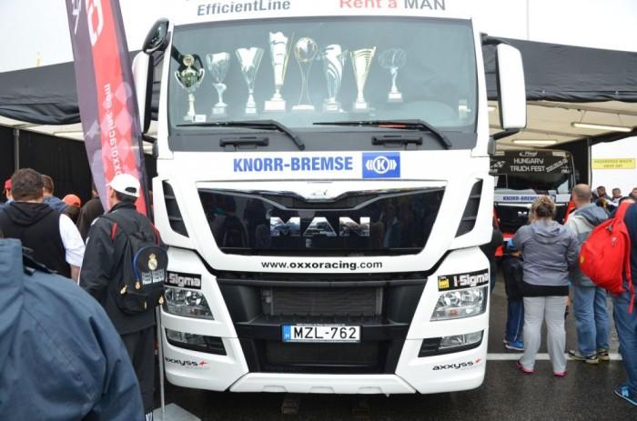 Az ablakban az Oxxo Racing Team (Norbi csapata) trófeái láthatóak.