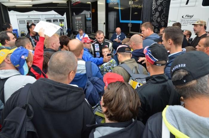 Azt hiszem ez a kép remekül bizonyítja, hogy imádják címvédő Európa bajnokunkat, Kiss Norbertet a rajongói. Mindenki fotót és aláírást szeretett volna, a legtöbben meg is kapták.