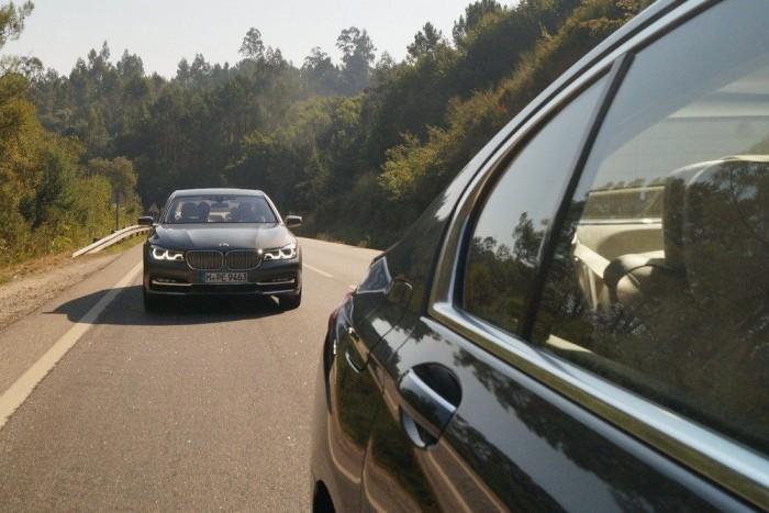 Bár egy tabu ledőlt, a 7-es BMW lényege maradt: szuperkényelmes, erős, biztonságos luxuslimuzin, amit vezetni is élmény, de hátul henteregni benne sem rossz