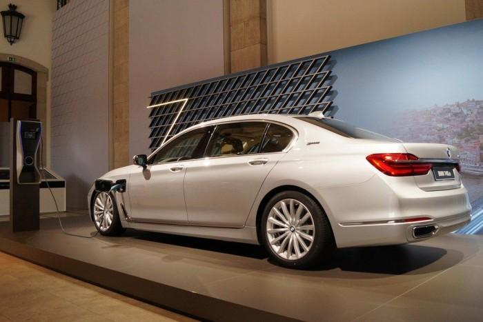 Jövőre jön a konnektoros hibrid, a 740e, 326 lóerővel és kétliteres fogyasztással (persze ehhez hozzájön pár kWh is)