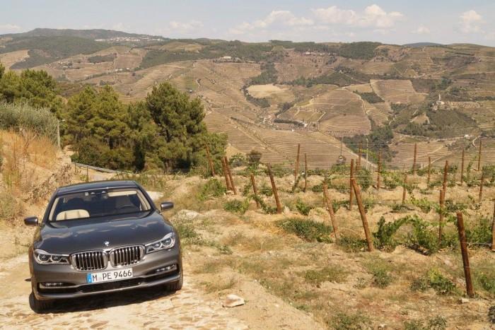 Összkerékhajtású, V8-as, turbós behemót a szőlőhegyek között, Portugáliában