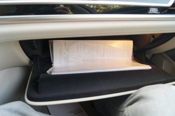 Az A4-es plasztikbugyit (ebben vannak a kocsi portugál dokumentumai) a gyáriak is csak meghajtva tudták bedugni a szűk kesztyűtartóba