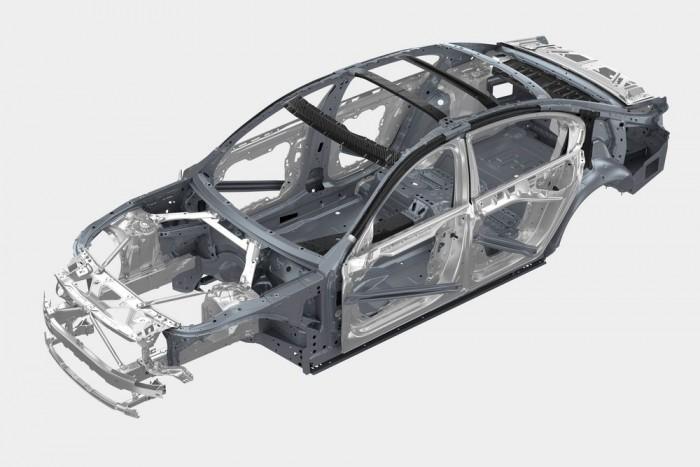 Carbon-core szerkezet: számos helyen szénszálas merevítés erősíti, egyben könnyíti a karosszériát