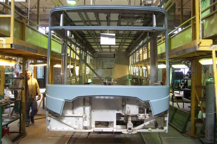 Ezen az állomáson felkerülnek a karosszéria az oldallemezek, továbbá a busz megkapja a padlólemezt és a tetőborítást.