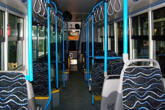 A modell utastere valamivel átgondoltabb az előző szériához képest: a második ajtónál nagyobb peron áll rendelkezésre, emellett az oldalra fordított üléseket is elhagyták.