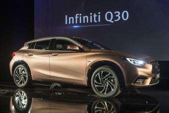 A BMW-1-est támadja az Infiniti