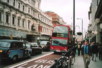 Őrületes bírság a brit buszsávban autózóknak