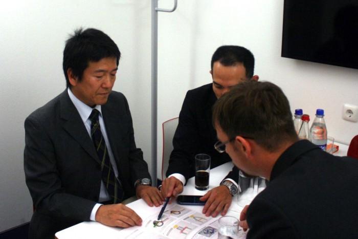 Ito Kunihiko főmérnökként irányította a könnyű és takarékos Baleno fejlesztését. Balján tolmácsa, a kép jobb szélén a szerző