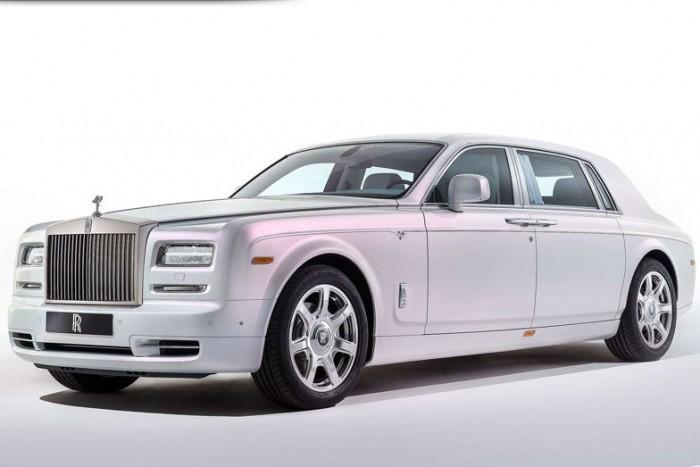 ...mint a közel háromszor olyan tömegű Rolls Royce Phantom után