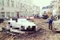 Körbeásták a melósok az otthagyott autót, de a helyiek nem röhögnek 1