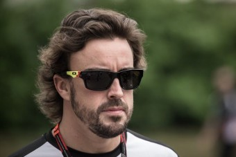 Alonso: A Renault-nak maradnia kell az F1-ben