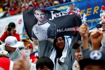 F1: Button ködösít a visszavonulásról