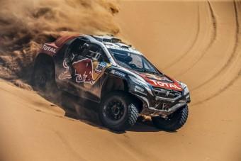 Sivatagba megy a világ legjobb autóversenyzője