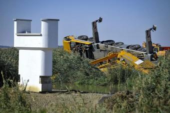 Felborult egy daru a hortobágyi híd építésénél - fotók
