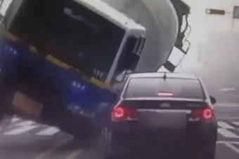 Betonkeverő lapított ki egy koreai autót, 3 halott - Videó
