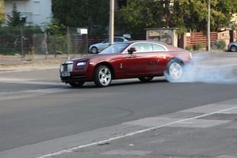 Rolls-Royce-ról égett a gumi a Bosnyákon