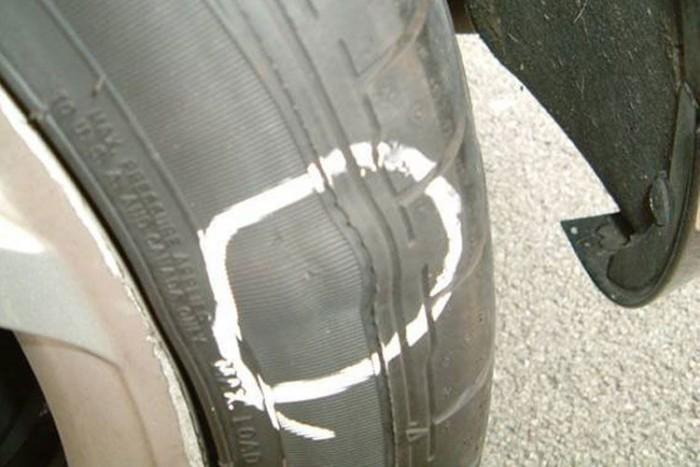 Ez a szálszakadt, púpos oldalfalú gumi is kuka, nemcsak a széthasadt abroncsokat kell cserélni
