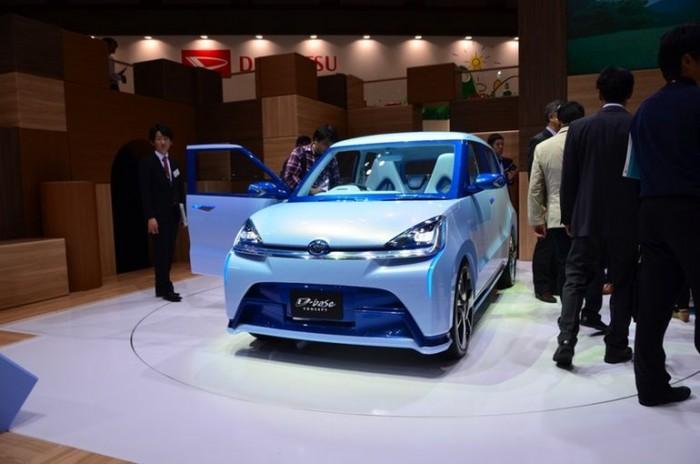 A D-base egészen földhözragadt a koncepció autó, de nincs mit csodálkozni ezen, mert a japánok benne látják a következő generációs modellcsaládot.