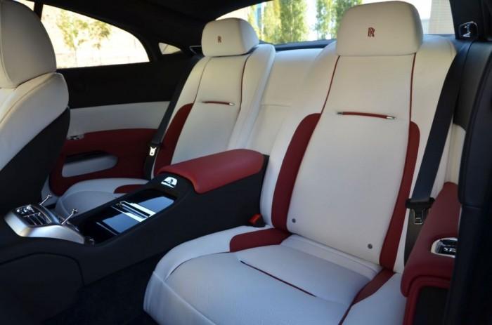 A Rolls-Royce esetén szó sincs 2+2 ülésről, hátsó értelmetlen kínpadokról. Aki ide bekászálódik, az is fejedelmi kényelemben utazhat.