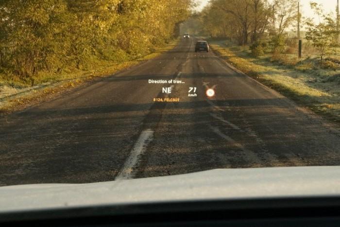 A Head-Up Display képe éles és fényes, az információtartalom hasonlóan komplex, mint az etalon BMW-nél