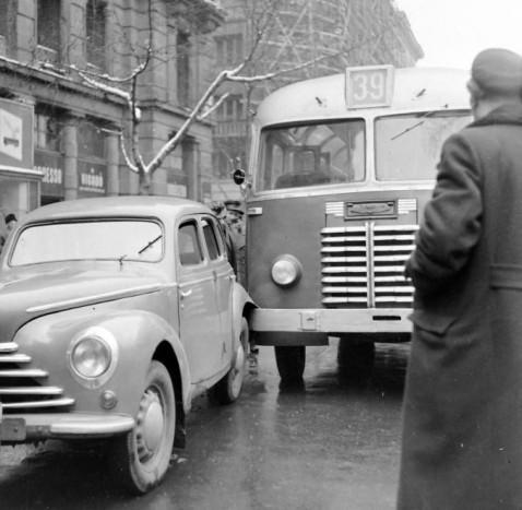 1955 Magyarország Budapest V - . Vörösmarty tér, a karambol az egykori Haas palota előtt történt, ez a teret a Duna felől zárta. Hátul a Vigadó utca - Dorottya utca