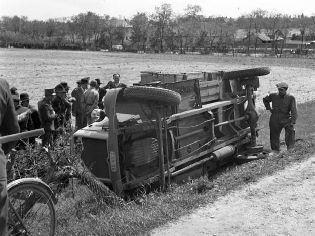 1944 Magyarország Kistarcsa - Felborul teherautó a Szabadság úton, háttérben a Széchenyi utca házai látszanak - Lissák Tivadar