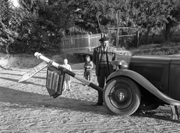 1944 Magyarország Valkó- Oszlopot döntött egy kocsi a Szabadság úton, jobbra a Széchenyi utca torkolata. - Lissák Tibor