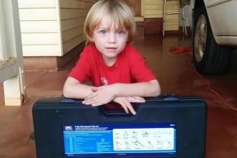 5 éves srác javítja apja kocsiját, kiakad a cukiságmérő