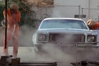 Nézd a szerencsétlen srácot, akit megtekert az autómosó!
