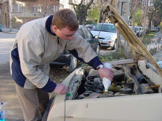 Figyelj a hűtőfolyadékra! A hűtőfolyadék fagyáspontját benzinkútnál ingyenesen megmérik. Ha nem éri el a mínusz 20-25 fokot, a motortérben található tágulási tartályba házilag tölthetünk fagyálló hűtőfolyadékot. Ellenőrzése kiemelten fontos, ha megfagy a hűtőfolyadék, akkor szétrepedhet a hengerfej vagy a motorblokk, jobb esetben a hűtő repedhet meg.