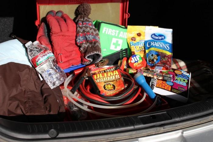 Legyen mentőcsomagod vészhelyzet esetére! - Főképp a váratlan torlódás, várakozás idejére kell gondolni az összeállításkor, illetve az alapvető továbbjutáshoz szükséges, egyszerű segédeszközök magunknál tartása fontos. Némi tartós, száraz élelem, ivóvíz, zseblámpa, jégkaparó, meleg ruházat, vontató, és bikakábel.