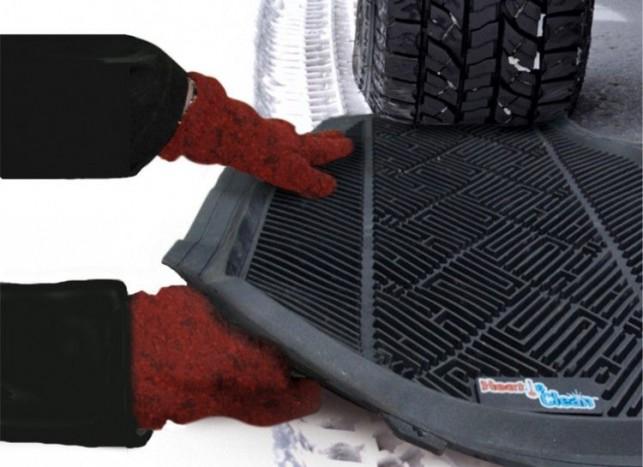 Ha végképp elakadtunk, és nincs kéznél semmi, amivel tapadó felületet adhatunk pánikszerűen pörgő kerekeinknek, vessük be az autós szőnyegünket. Lehet kicsit csapzott lesz, de legalább haladunk tovább.