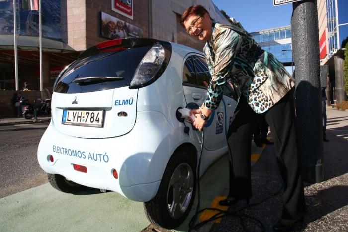 Mostantól a két Mammut között is lehet elektromos autót tölteni. Épp Dr. Marie-Theres Thiell asszony, az ELMÜ-ÉMÁSZ igazgatóságának elnöke tankol