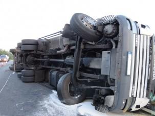 Felborult egy kamion, teljes útzár a 2-esen
