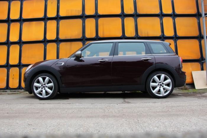 Ez a méret már a kompakt prémiumok földje, legfőbb ellenfél az Audi A3, a Mercedes A-osztály, és a Volvo V40.