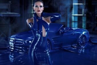 Bizarr látvány a dominának öltöztetett Mercedes