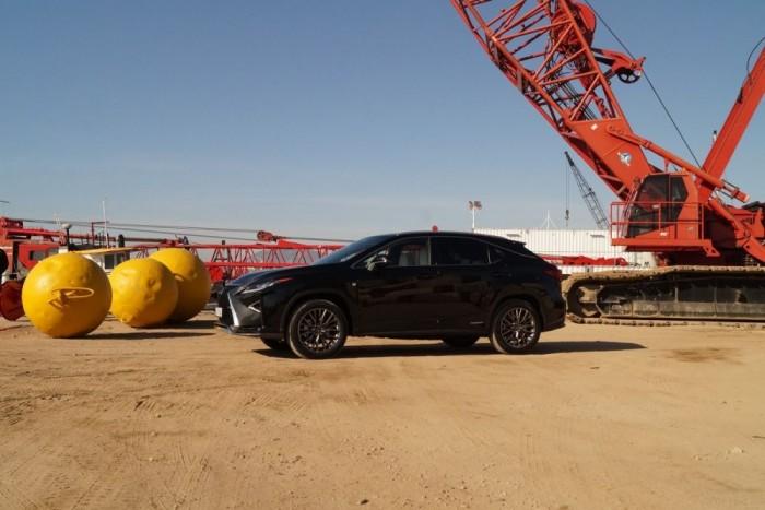 A 22 mázsás RX 450h autópályán van igazán otthon, a szűk, kanyargós utak és utcák nem az ő világa