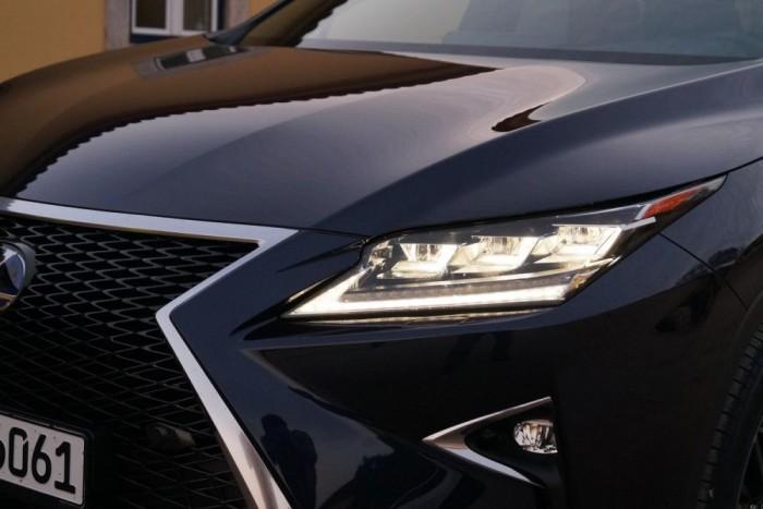 A triplaoptikás LED-es fényszóró automatikus reflektorral egészült ki, dinamikusan változtatja a vetítési képet, kitakarja a szembejövő vagy követett autót