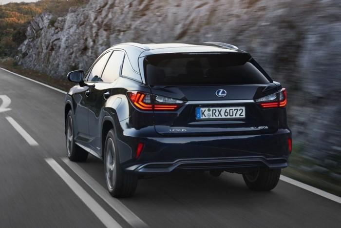 Az elektronikusan limitált végsebesség 200 km/h, ez is jelzi, mennyire más stílusú autó az RX, mint egy X5-ös vagy urambocsá' egy Porsche Macan
