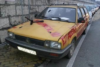Baltát állítottak egy autóba a rakparton - Fotók