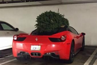 Így kell Ferrarival karácsonyfát szállítani