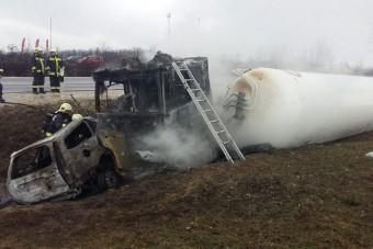 Óriási baleset, kigyulladt járművek az M2-esen