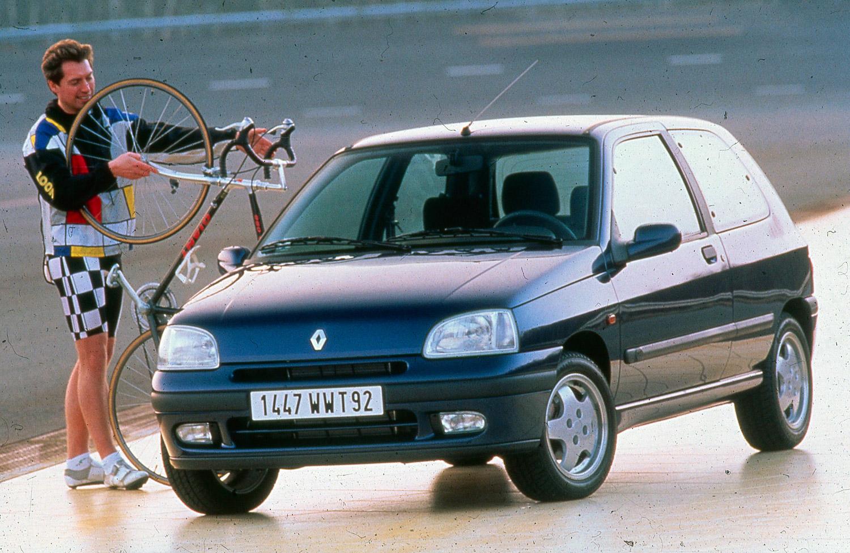 Ó, az a márkás kerékpáros ruházat, a Clio mellett...