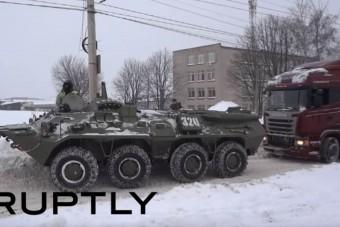 Így ment elakadt kamiont a jó öreg BTR-80