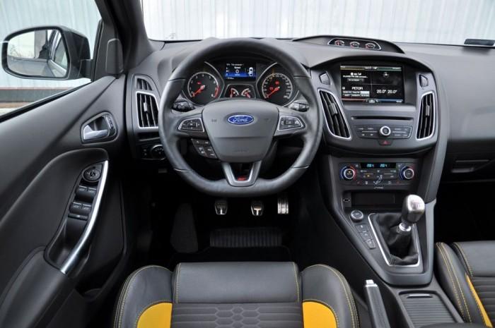 Nagyon sokig kellene keresnünk elsőkerék-hajtású autót ennyire eltalált kormányzással, ami nem a Fiesta ST