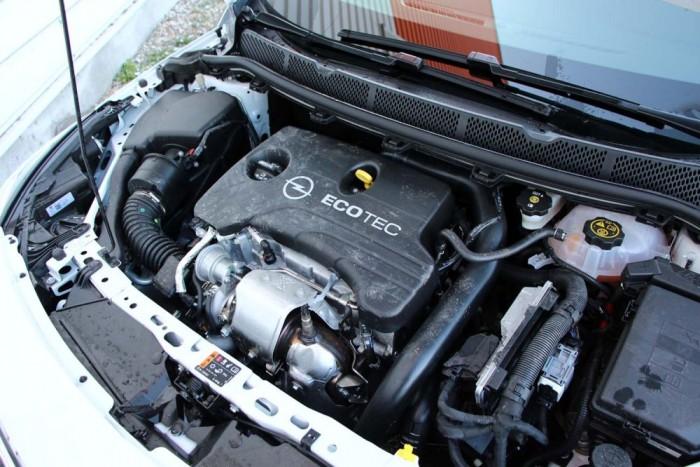 Nincs baj az egyliteres motorral, kellően erős, kulturált járású, csak a hangja árulkodik a hengerek számáról. Viszont Enjoy felszereltség mellett okafogyott, az erősebb 1,4 T 125 lóerővel csupán 20 000 forinttal drágább.