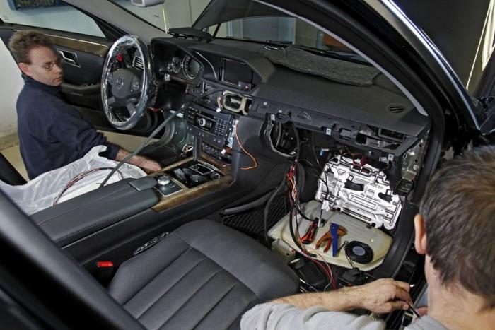 Car-Őrt szerelnek egy W212-be